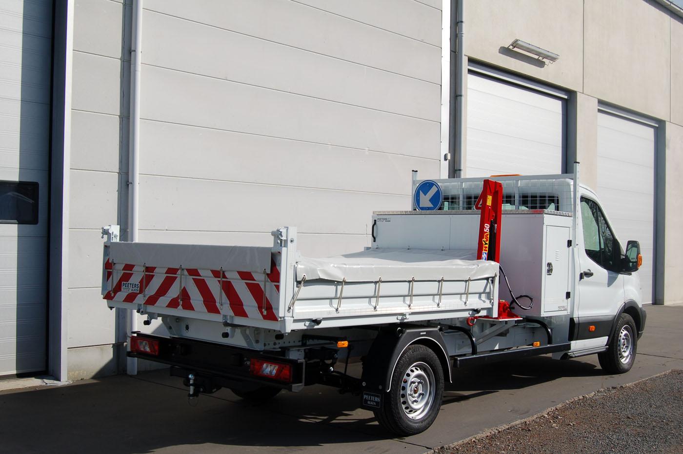 Achterwaartse-kipper-100-aluminium-met-afdekzekzeil-en-laadkraan-en-gereedschapskoffer