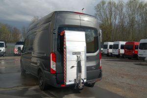 Halve-laadklep-tegen-achterdeuren-300x200
